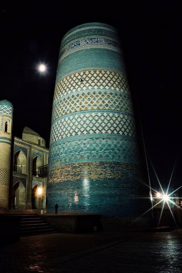 Διάσημος ατελής δευτερεύων μιναρές kalta τη νύχτα στοκ φωτογραφία