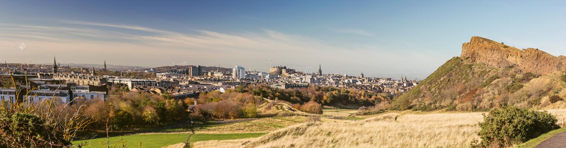 Διάσημος ορίζοντας του Εδιμβούργου από το πάρκο Holyrood στοκ φωτογραφίες