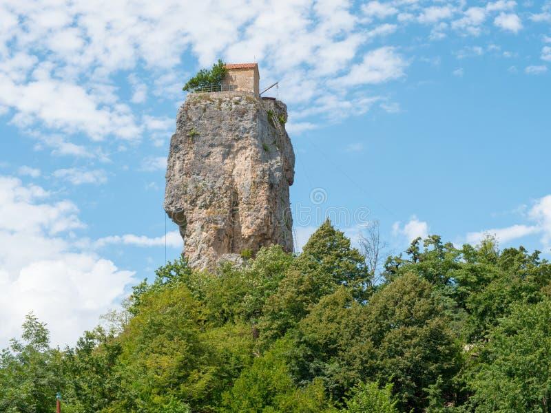 Διάσημος τουριστικός στυλοβάτης Katskhi ορόσημων με την αρχαία Ορθόδοξη Εκκλησία στην κορυφή σε Chiatura στοκ φωτογραφίες