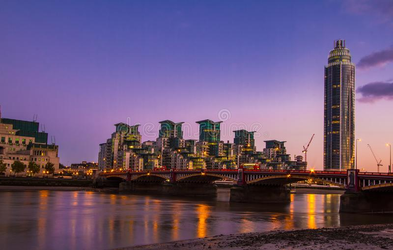 Διάσημο Λονδίνο MI6 και γέφυρα τη νύχτα Αγγλία Vauxhall στοκ εικόνες με δικαίωμα ελεύθερης χρήσης