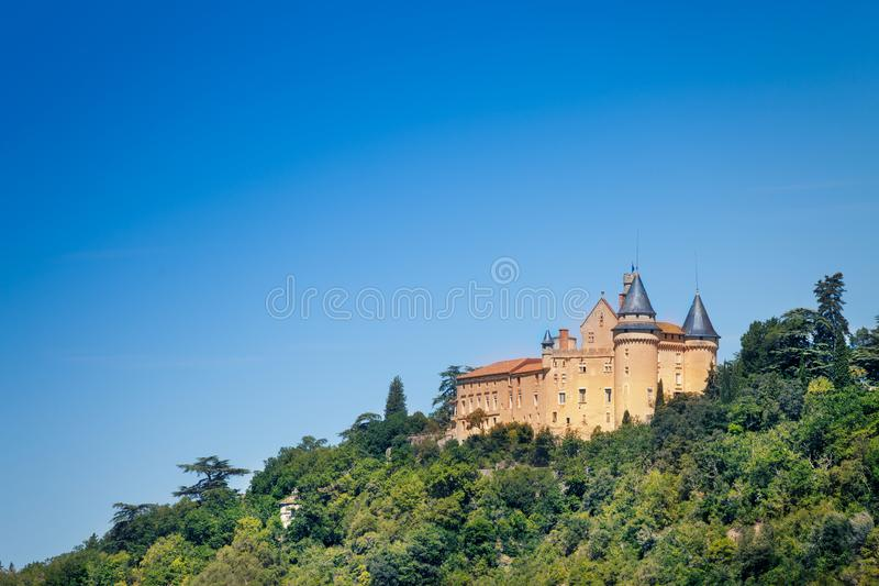 Διάσημο μεσαιωνικό κάστρο Biron ενάντια στο μπλε ουρανό στοκ εικόνες με δικαίωμα ελεύθερης χρήσης