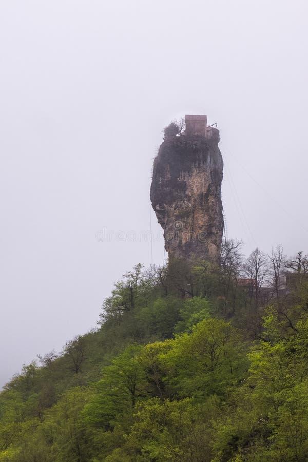 Διάσημο μοναστήρι στηλών Katskhi στο στυλοβάτη ασβεστόλιθων στοκ φωτογραφία