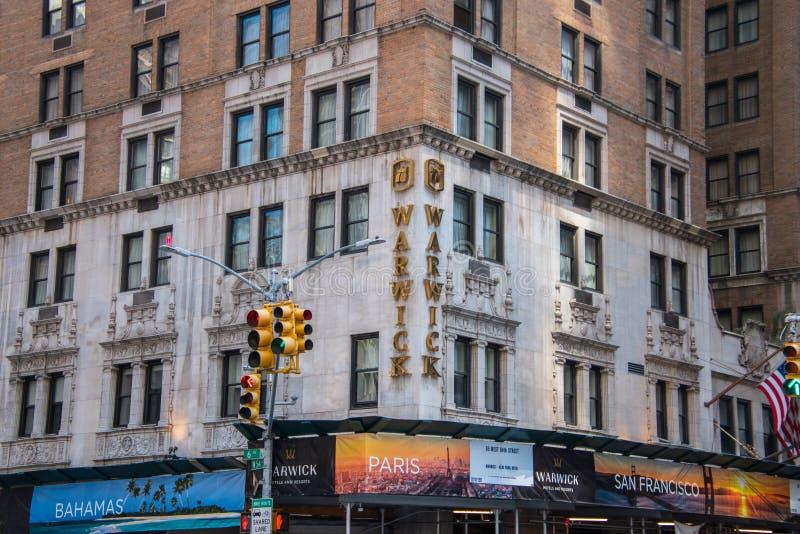 Διάσημο ξενοδοχείο Warwick ορόσημων που βρίσκεται στη γωνία της 6ης λεωφόρου και της δυτικής 54ης οδού στο Μανχάταν, Νέα Υόρκη στοκ φωτογραφία με δικαίωμα ελεύθερης χρήσης