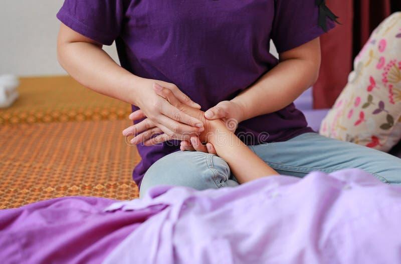 Διάσημο ταϊλανδικό μασάζ, δράση θεραπόντων για τον πελάτη στοκ εικόνες