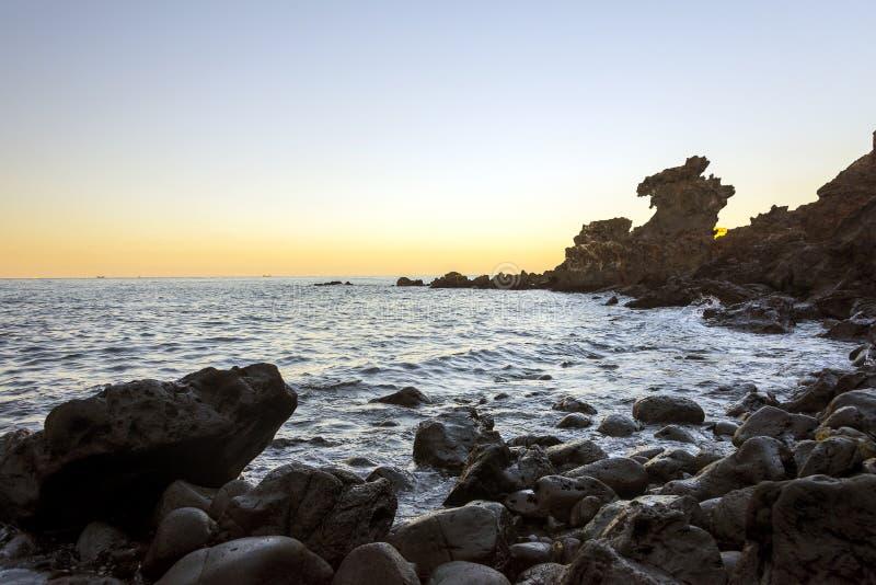 Διάσημο τουριστικό αξιοθέατο στο νησί Jeju της Νότιας Κορέας Άποψη Yongduam επίσης γνωστή ως επικεφαλής βράχος δράκων κατά τη διά στοκ εικόνες