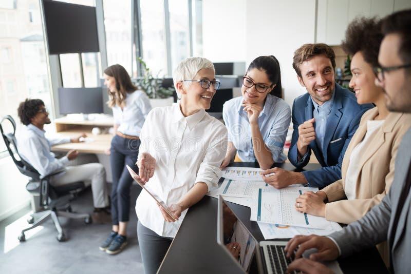 Διάσκεψη επιχειρηματιών και επιχειρηματιών στην αίθουσα συνεδριάσεων στοκ φωτογραφίες