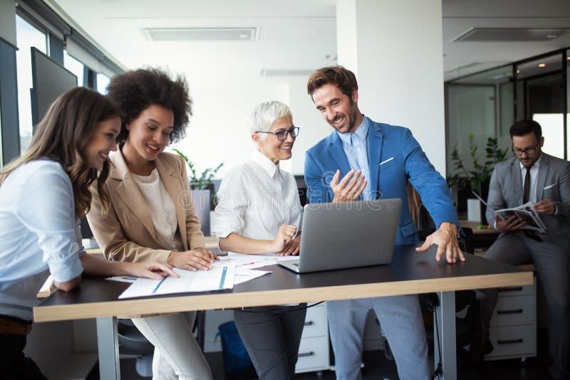 Διάσκεψη και συνεδρίαση των επιχειρηματιών στο σύγχρονο γραφείο στοκ φωτογραφία με δικαίωμα ελεύθερης χρήσης