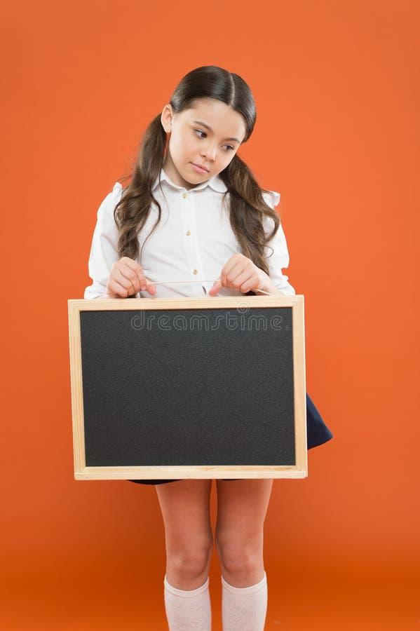 Διάστημα αντιγράφων πινάκων λαβής μαθητών σχολικών κοριτσιών Έννοια σχολικών ειδήσεων Πληροφορίες σχολικού προγράμματος Πληροφόρη στοκ φωτογραφία με δικαίωμα ελεύθερης χρήσης
