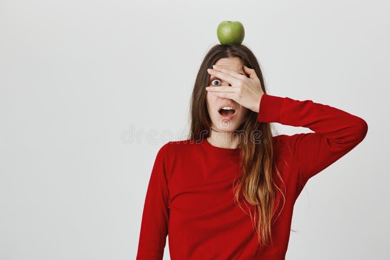 διάστημα αντιγράφων Υγιής τρόπος ζωής Κλείστε επάνω το πορτρέτο του νέου όμορφου καυκάσιου κοριτσιού με μακρυμάλλη στο κόκκινο κο στοκ εικόνες