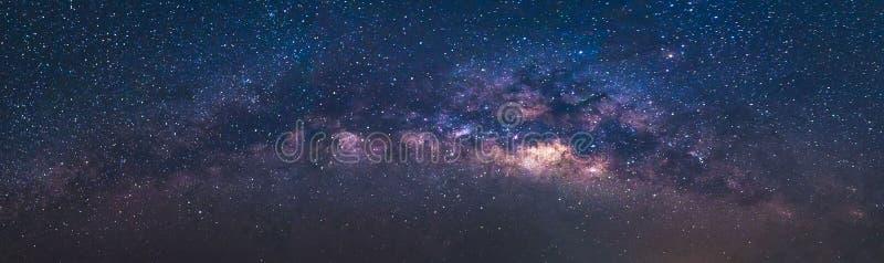 Διάστημα κόσμου άποψης πανοράματος που πυροβολείται του γαλακτώδους γαλαξία τρόπων με τα αστέρια σε έναν νυχτερινό ουρανό στοκ εικόνες με δικαίωμα ελεύθερης χρήσης