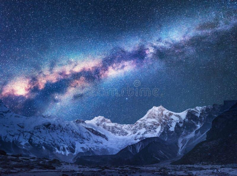 διάστημα Νύχτα landscapw με το γαλακτώδεις τρόπο και τα βουνά στοκ φωτογραφίες