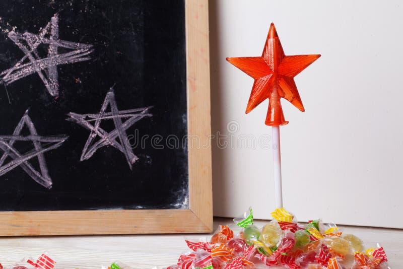 Διάστημα που γράφεται σε έναν πίνακα με την κιμωλία, καραμέλα, καραμέλα, αστέρι, ράβδος, ημέρα βαλεντίνων, γλυκό σημάδι πορτών δο στοκ εικόνες