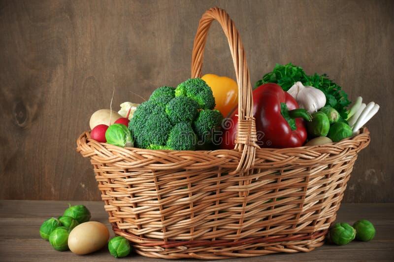 Διάφορα λαχανικά στο καλάθι στοκ εικόνες με δικαίωμα ελεύθερης χρήσης
