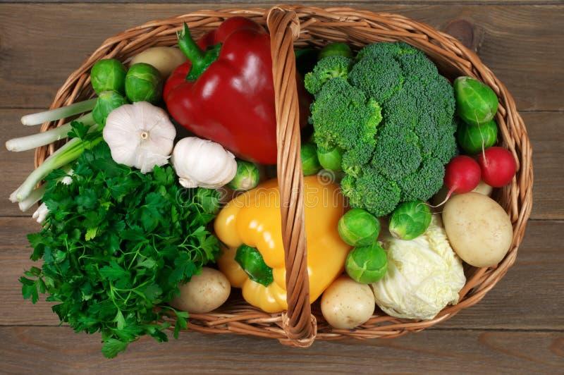 Διάφορα λαχανικά στο καλάθι στοκ φωτογραφία