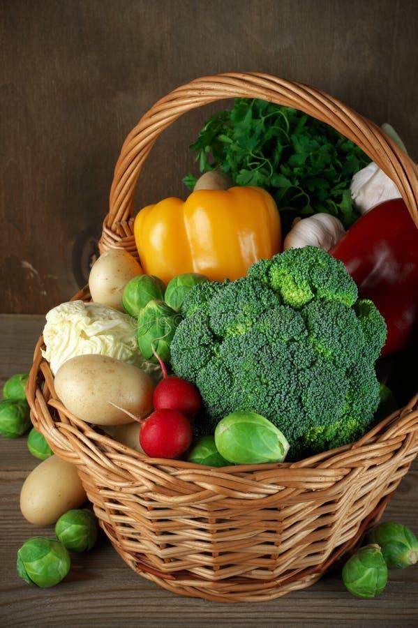 Διάφορα λαχανικά στο καλάθι στοκ εικόνα