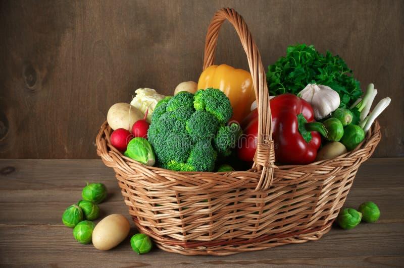 Διάφορα λαχανικά στο καλάθι στοκ φωτογραφίες
