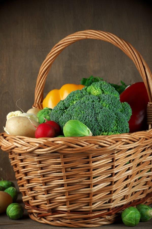 Διάφορα λαχανικά στο καλάθι στοκ εικόνες