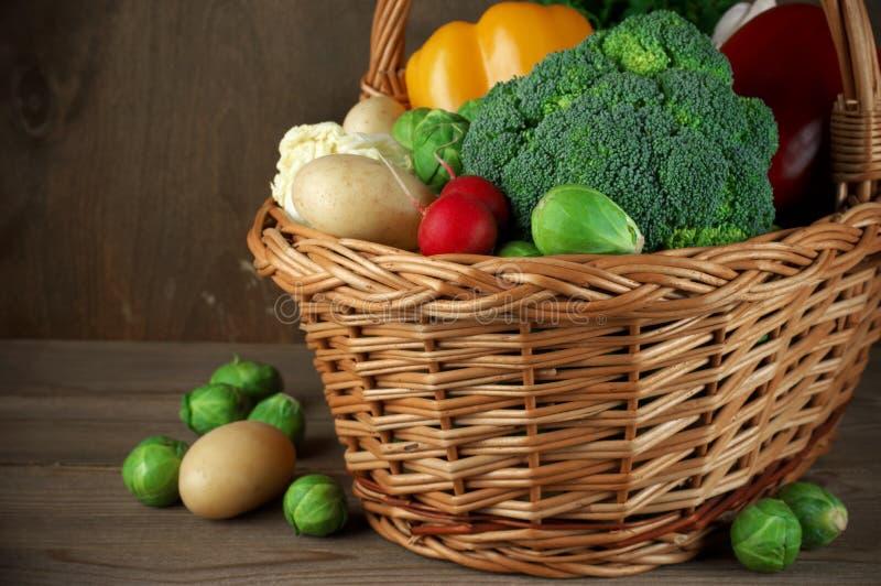 Διάφορα λαχανικά στο καλάθι στοκ φωτογραφία με δικαίωμα ελεύθερης χρήσης
