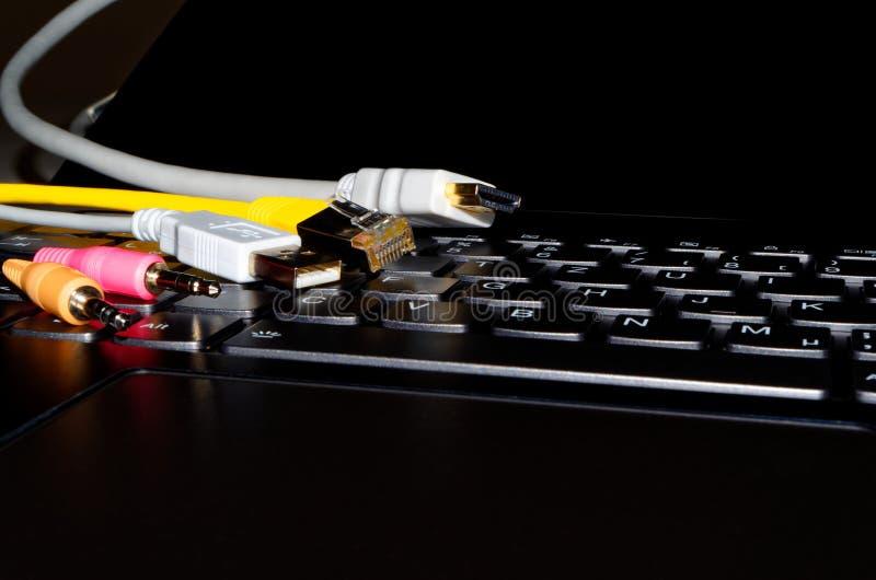 Διάφορα βουλώματα σύνδεσης στο μαύρο πληκτρολόγιο υπολογιστών στοκ φωτογραφίες