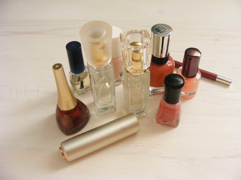 Διάφορα βούρτσες και καλλυντικά για να ισχύσει makeup στο shabby πίνακα στοκ εικόνα με δικαίωμα ελεύθερης χρήσης
