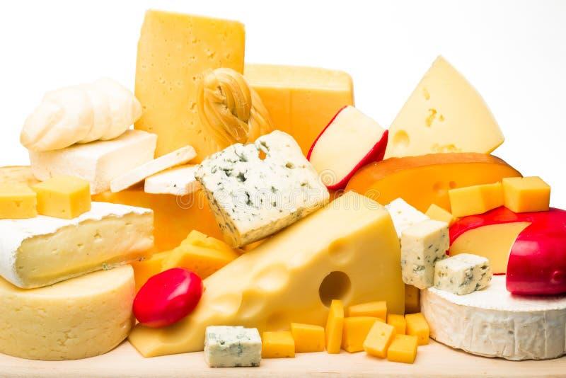 Διάφορα είδη τυριών στην ξύλινη πιατέλα στοκ φωτογραφία με δικαίωμα ελεύθερης χρήσης