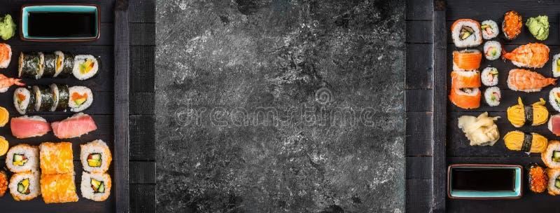 Διάφορα είδη σουσιών που εξυπηρετούνται στη μαύρη ξύλινη πλάκα στερέωσης, τοπ άποψη στοκ εικόνα