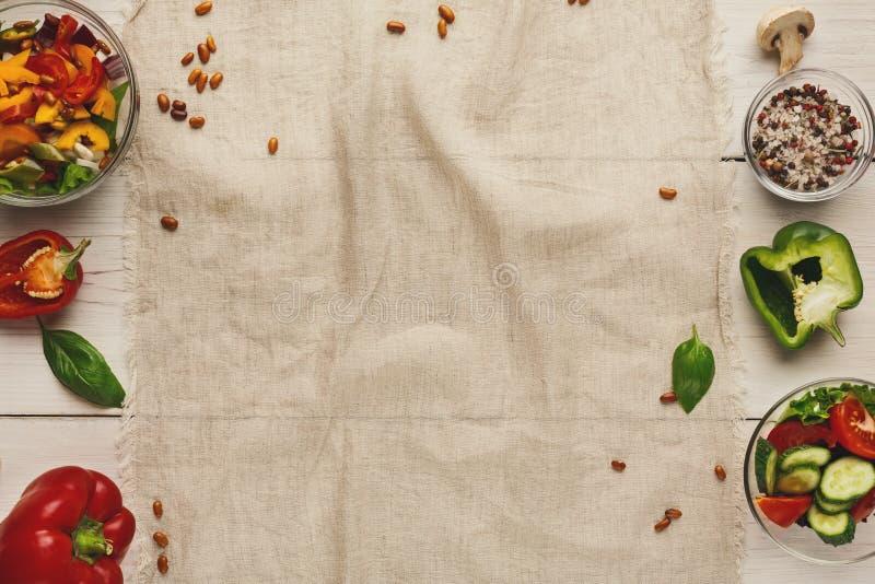 Διάφορα κύπελλα σαλάτας στον άσπρο ξύλινο πίνακα, τοπ άποψη στοκ φωτογραφίες