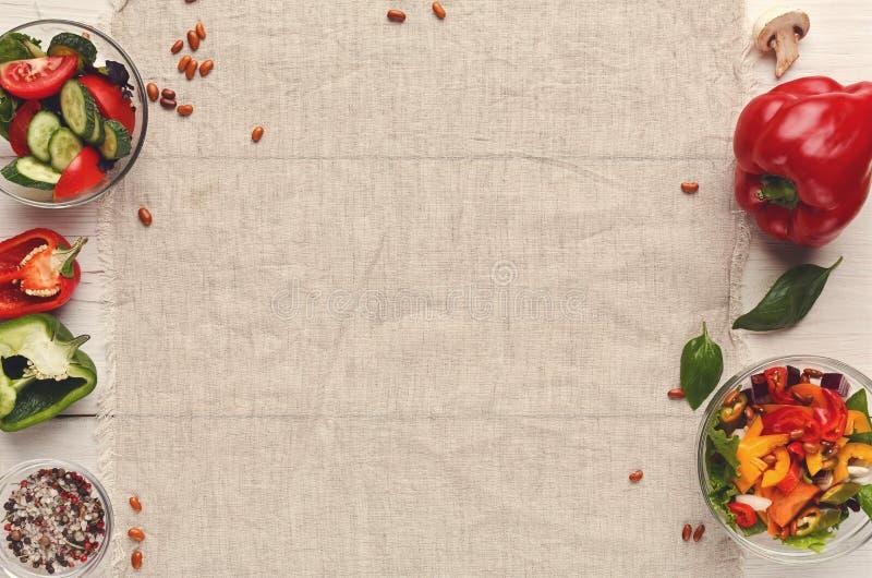 Διάφορα κύπελλα σαλάτας στον άσπρο ξύλινο πίνακα, τοπ άποψη στοκ εικόνες με δικαίωμα ελεύθερης χρήσης