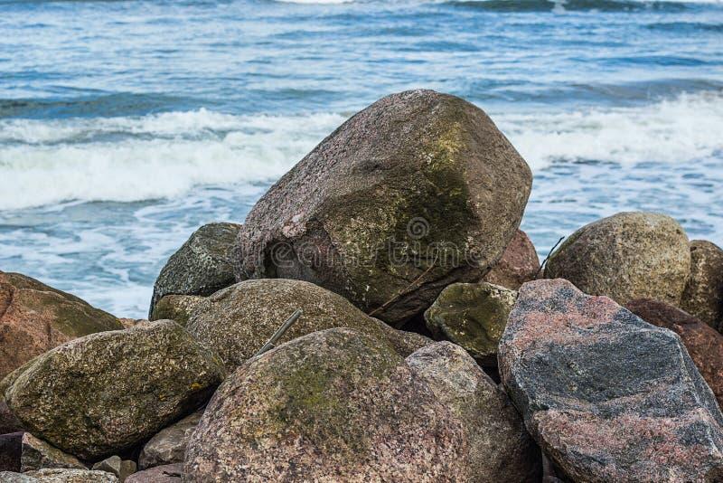 διάφορα μικρά και μεγάλα άσπρα και γκρίζα πέτρες ή χαλίκια στην παραλία στη θάλασσα της Βαλτικής στοκ εικόνες