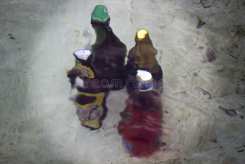 Διάφορα μπουκάλια που δροσίζονται με το νερό σε μια πηγή στοκ φωτογραφία