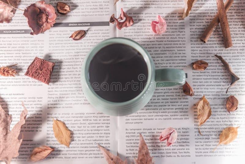 Διάφορα ξηρά φύλλα και λουλούδια περίπου ένα φλυτζάνι του καυτού καφέ, διακόσμηση φθινοπώρου στοκ εικόνα με δικαίωμα ελεύθερης χρήσης