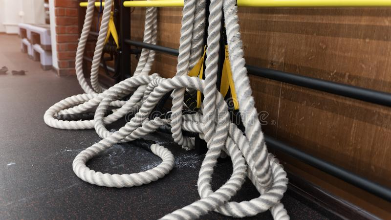 Διάφορα παχιά άσπρα σχοινιά στο πάτωμα σε μια γυμναστική στοκ φωτογραφία με δικαίωμα ελεύθερης χρήσης