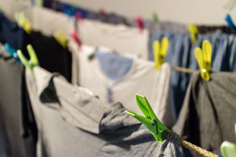 Διάφορα πουκάμισα που ξεραίνουν στη σκοινί για άπλωμα στοκ φωτογραφία με δικαίωμα ελεύθερης χρήσης