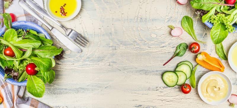Διάφορα πράσινα οργανικά συστατικά σαλάτας στο ελαφρύ αγροτικό υπόβαθρο, τοπ άποψη, έμβλημα στοκ εικόνες με δικαίωμα ελεύθερης χρήσης