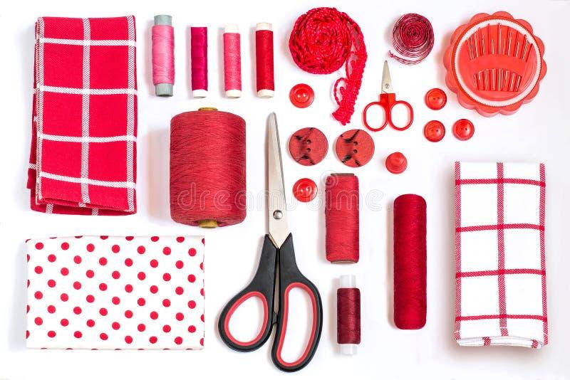 Διάφορα ράβοντας εξαρτήματα και κόκκινες σκιές εργαλείων στοκ εικόνα με δικαίωμα ελεύθερης χρήσης
