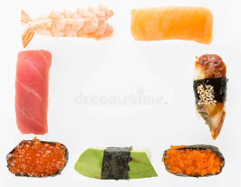 Διάφορα σούσια που τίθενται ως πλαίσιο που απομονώνεται στο άσπρο υπόβαθρο Ιαπωνική κουζίνα Ikura, σολομός, τόνος, αβοκάντο, χαβι στοκ εικόνα