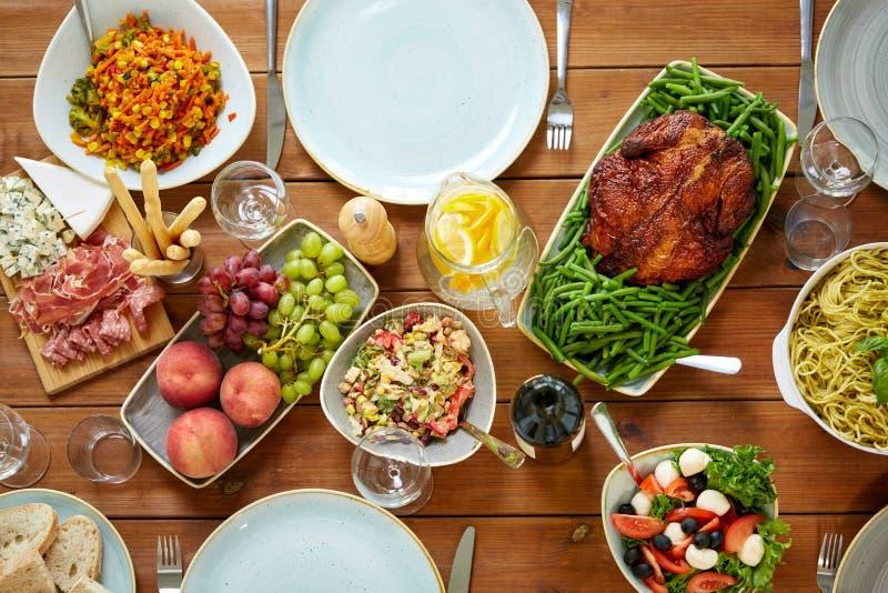 Διάφορα τρόφιμα στον εξυπηρετούμενο ξύλινο πίνακα στοκ φωτογραφία