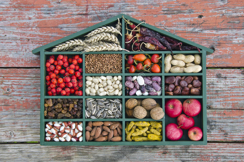 Διάφορα υγιή φρούτα, σπόροι και ξηρό συστατικό τροφίμων στο ξύλινο κιβώτιο στοκ εικόνες