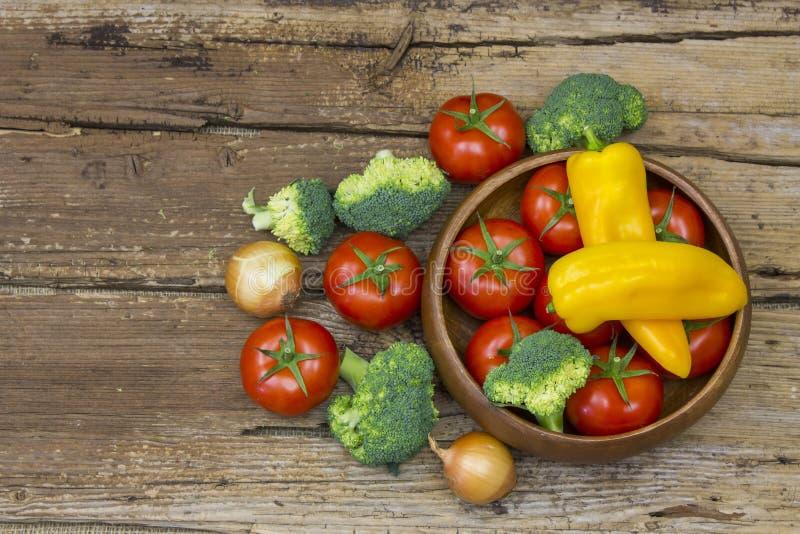 Διάφορα φρέσκα λαχανικά στο ξύλινο υπόβαθρο στοκ εικόνα