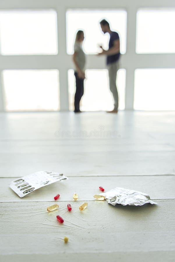 Διάφορα χάπια στο ελαφρύ πάτωμα στοκ εικόνα με δικαίωμα ελεύθερης χρήσης