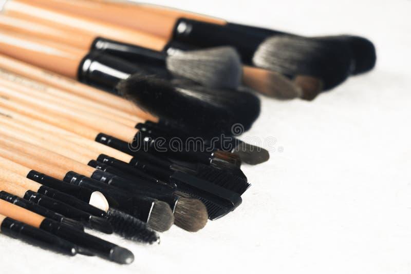 Διάφορες βούρτσες makeup που απομονώνονται πέρα από το άσπρο υπόβαθρο στοκ εικόνες