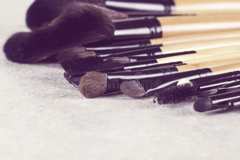 Διάφορες βούρτσες makeup στο της υφής άσπρο υπόβαθρο στοκ φωτογραφία με δικαίωμα ελεύθερης χρήσης