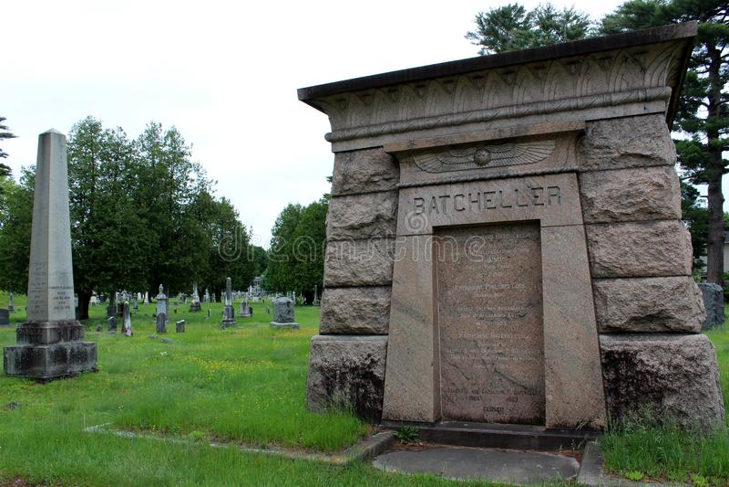 Διάφορες μεγάλες μνημείο και ταφόπετρες, στο μεγαλύτερο νεκροταφείο, Greenridge, Saratoga Springs, Νέα Υόρκη, 2018 στοκ εικόνα