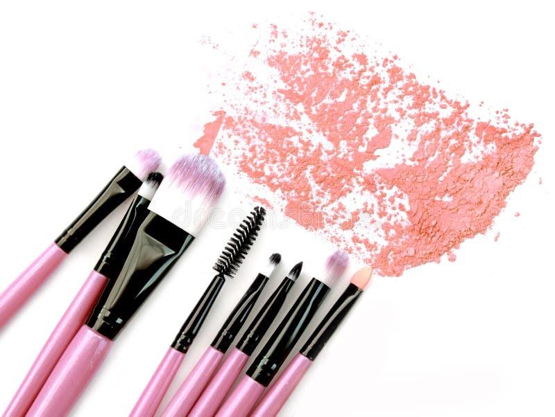 Διάφορες συντριμμένη βούρτσες σκόνη makeup που απομονώνεται πέρα από το άσπρο υπόβαθρο στοκ εικόνες