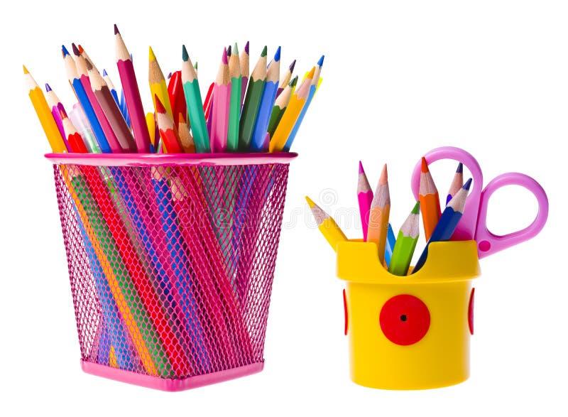 Διάφορες σχολικές προμήθειες στο καλάθι και τον κάτοχο στοκ εικόνα