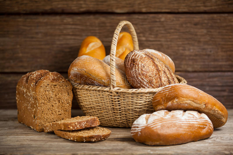 Διάφορες φραντζόλες ψωμιού στο καλάθι στοκ φωτογραφία