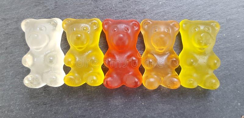 Διάφορες χρωματισμένες gummy αρκούδες σε μια σειρά στοκ φωτογραφίες
