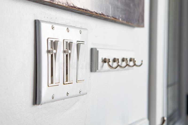 Διάφοροι διακόπτες αναστροφής κουμπιών ώθησης οικιακής δύναμης στοιχείων που κρεμούν το σύνολο συνδυασμού γάντζων στοκ εικόνες