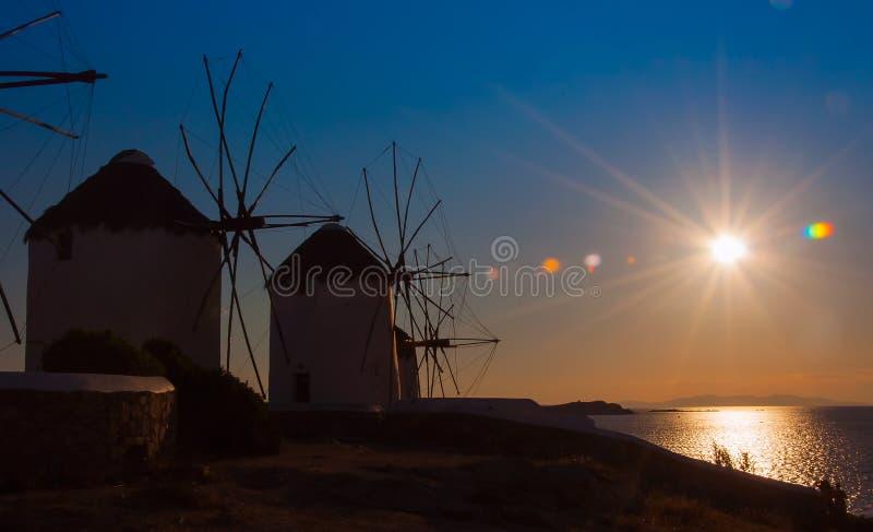 Διάφοροι διάσημοι ανεμόμυλοι στο νησί της Μυκόνου στο ηλιοβασίλεμα. στοκ φωτογραφία