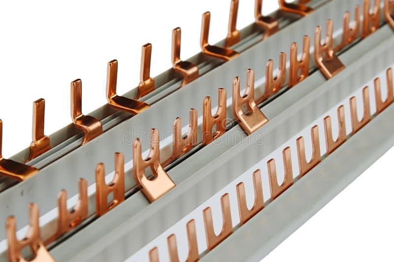 Διάφοροι συνδέοντας φραγμοί καλωδίωσης με τους συνδετήρες ορείχαλκου των διάφορων μορφών, πλαστική βάση, άσπρο beckground στοκ φωτογραφίες με δικαίωμα ελεύθερης χρήσης